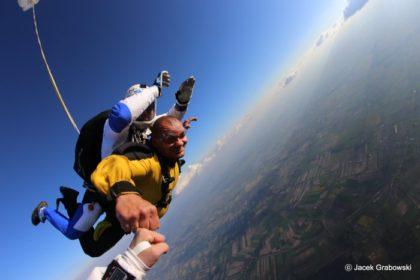Tandemowe skoki spadochronowe – niezapomniane doświadczenie w przestworzach